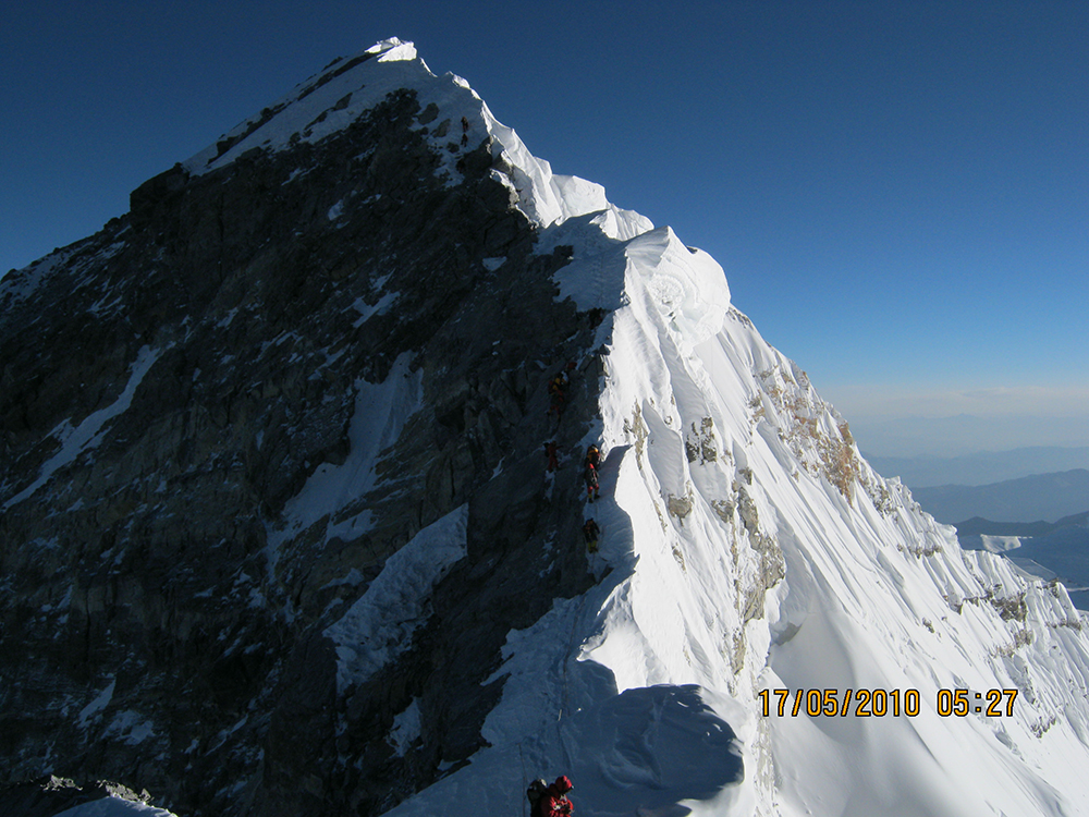 The summit of Everest and climbers on the Hillary Step. Photo: Debasish Biswas Kolkata (Wikimedia Commons).