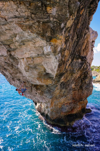 Jernej Kruder on the famous arch in Mallorca. Photo: Kerstin Helbach.
